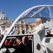 Bento XVI se despede dos fiéis na Praça S. Pedro